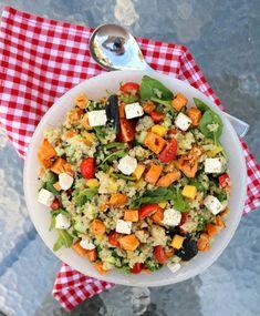 10 knallgode salater som passer perfekt til grillmaten! - LINDASTUHAUG Tzatziki, Cobb Salad, Feta, Sugar Free, Smoothie, Mango, Food And Drink, Dinner, Dairy