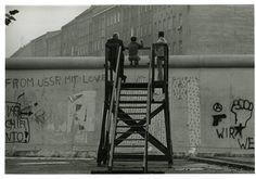 Blick über die Mauer, West-Berlin, 1977  Barbara Klemm