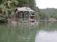 Vivre sur l'eau - Floating cabin on the Albion River, California. Cozy Cabin, Cozy Cottage, Le Castor, Floating Architecture, Tiny Bath, Site Photo, Unusual Buildings, Floating House, Floating River