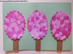 Arbre amb paper absorbent, comptagotes i pintura rosa en diferents tons. El professor de la classe: Valentina presseguers