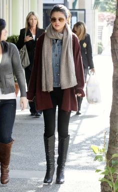 Selena Gomez - Casual Chic - Black leggings and boots and heavier layers on top to completely reverse her body shape! Selena Gomez Casual, Selena Gomez Outfits, Fashion Mode, Look Fashion, Womens Fashion, Fashion Trends, Street Fashion, Queen Fashion, Asian Fashion