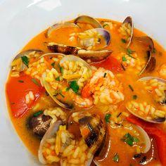 """1,662 Me gusta, 30 comentarios - Dieta sana con nutricionistas (@corporissanum) en Instagram: """"Mirad que plato os hemos traído 😃 Arroz caldoso con almejas. Riquísimo y completo e ideal para…"""" Thai Red Curry, Instagram, Ethnic Recipes, Food, Cooking Recipes, Dishes, Low Fat Diets, Clams, Clean Diet"""