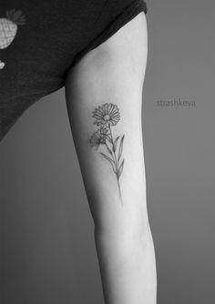 Delikatny tatuaż kwiatów stokrotki czarny na ręce. Tatuaże i projekty różnych kwiatów w delikatnym stylu. Ważne, by wybrać sobie tatuażystę, który pracuje w stylu, jaki ci się podoba Leaf Tattoos, Tatoos, Tattoo Ideas, Tattos
