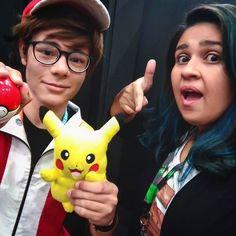 TEMOS QUE PEGAR!!! #TimelineAcessível Foto Cris e cosplay do Ash com Pikachu e Pokebola!!!