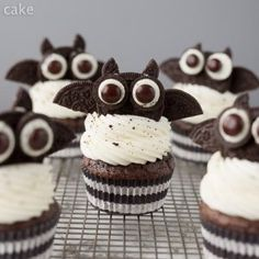 Oreo Bat Cupcakes for Halloween the kids will love! Oreo Bat Cupcakes for Halloween the kids will love! Dessert Halloween, Halloween Oreos, Halloween Appetizers, Halloween Food For Party, Halloween Cupcakes Easy, Halloween Cupcakes Decoration, Halloween Costumes, Holiday Desserts, Holiday Treats