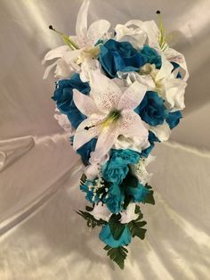 Are you thinking about having your wedding by the beach? Are you wondering the best beach wedding flowers to celebrate your union? Here are some of the best ideas for beach wedding flowers you should consider. Beach Wedding Reception, Beach Wedding Flowers, Flower Bouquet Wedding, Rose Wedding, Teal Bouquet, Turquoise Bouquet, Lily Bouquet, Aquarium Wedding, Silk Roses