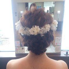 前撮りのヘアセットは、彼にしてもらいました❤️ かすみ草と紫陽花のブリザーブドフラワーを花冠のように並べて❤️❤️…