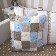 crochet granny cushion: website in Spanish Crochet Pillow Cases, Crochet Cushion Cover, Crochet Quilt, Crochet Cushions, Crochet Squares, Crochet Home, Love Crochet, Crochet Granny, Crochet Blanket Patterns
