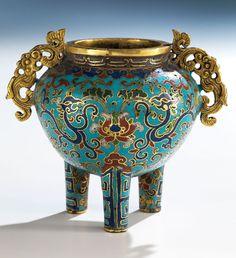 Höhe: 7,7 cm. China, 18. Jahrhundert. Über drei Stangenbeinen kugeliger Korpus mit zwei Handhaben in stilisierter Drachenform und abgesetzter Mündung. Bunter...