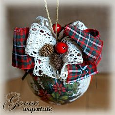 Gocce Argentate: Decoupaged Christmas ornaments http://gocceargentate.blogspot.it/2013/11/decoupaged-christmas-ornaments.html