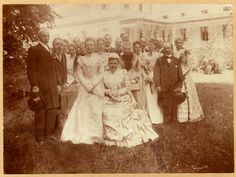 Wilhelmina en Emma met de hofhouding achter het paleis op 5 juli 1898, twee maanden voor de inhuldiging van Wilhelmina