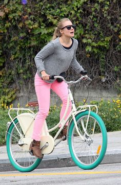 Kristen Bell rides a bike and no one can stops her!