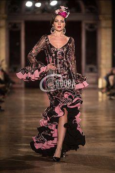 María José Collantes propone para este año una colección de trajes de flamenca inspirada en las raíces andaluzas y en los orígenes de nuestra tierra. Fiel a su seña de identidad, en la pasarela We Love Flamenco 2016 pudimos ver un sin fin de volantes y un colorido que bien podría parecer la paleta de …