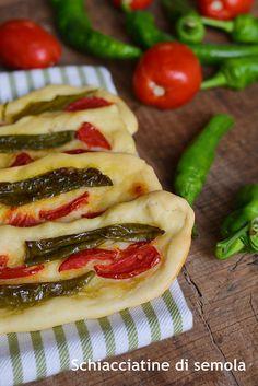 Schiacciatine di semola con friggitelli e pomodori