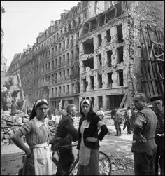 Libération de Paris, 1944 . Deux infirmières devant les immeubles en ruines. Rue des Blanc Manteaux, 4e arrondissement