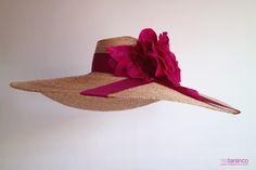 Sólo apta para las más atrevidas esta #pamela XXL, con ala de 60cm y adorno de una gran flor en tonos fresa que te harán sentir la #invitadaperfecta #lookdeinvitada #invitadadedia #pamelasparabodas #nilatarancodesign #pamelahat #strawhat #handmade #hechoenespaña