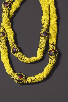 Sautoir en fil de lin crocheté de couleur chartreuse, brodé de perles par Johanne Ratté 2014. Textile jewelry http://www.lesjoanneries.com