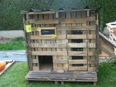 Here is another example of chicken coop made out of pallets ! it's like french people are all having chickens at home :-) Idea sent by Stephanie on Facebook.
