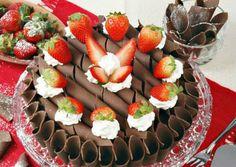 O bolo de chocolate com morango pode ser usado tanto como uma opção de bolo de aniversário, ou para uma confraternização na empresa. Aprenda como fazer bol