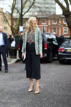 The best street style spotted outside London's Fall 2016 collections. Grunge Style, Soft Grunge, Tokyo Street Fashion, London Fashion, Work Fashion, Denim Fashion, Star Fashion, Fashion Tips, Le Happy