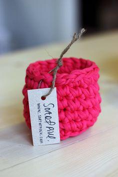 Un pequeño cesto hecho de trapillo. Nos encanta el color!!! #diy