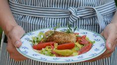 Sonnengereifte Tomaten, Feta vom Schaf und Olivenöl aus Kreta – viel mehr braucht man nicht, um auch daheim etwas Griechenlandfeeling zu bekommen. Ulla Scholz packt den Schafskäse noch in ein krosses Sesamkleid und serviert ihn auf Salat.