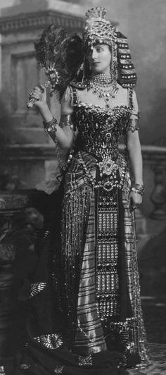 Lady Paget incarnant la reine Cléopatre, costume de la maison de couture parisienne Worth, 1897. Coiffe égyptienne des rois reconnaissable dans sa forme et ses rayures horizontales