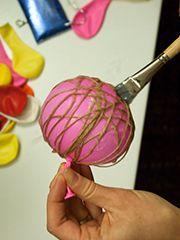 Les idees créatives - Les boules de Noël en laine et ficelle par la fine équipe
