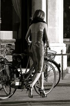 ma dove vai bellezza in bicicletta... [I'd like to see her riding in that skirt. That would be talent]