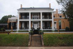 Cedar Grove Mansion in Vicksburg, MS built 1840