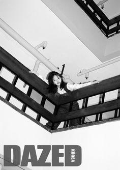 PAUL & ALICE by HYO-SOON JOO 레이스 블라우스와 데님 오버올은 모두 폴앤앨리스.