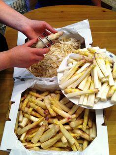 In der Spargelzeit gibt es wieder jede Woche unsere beliebte Spargelcremesuppe mit frischem Spargel aus dem Marchfeld! Organic Recipes, Vegetarian, Lunch, Cheese, Vegan, Healthy, Kitchen, Food, Fresh
