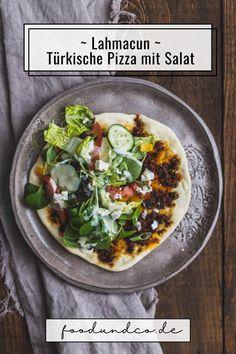 Lahmacun - die berühmte türkische Pizza ist ganz einfach selbst gemacht und kann so mit frischem leckeren Salat aus dem Garten belegt werden. #lahmacun #türkischerezepte #kochen #backen