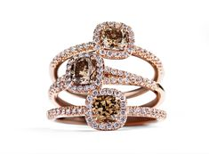 Fancy Cut rings in 18 kt. rose gold set with 0.48 – 0.50 ct. Argyle champagne coloured/SI cushion-cut diamonds surrounded by 34-44 diamonds in total 0.17 – 0.22 ct. Top Wesselton/VVS-VS diamonds from DKK 17,500,-