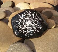 """Deko-Objekte - Bemalter Stein-Mandala """"Daya"""" - ein Designerstück von PetiteMaman-Atelier bei DaWanda"""