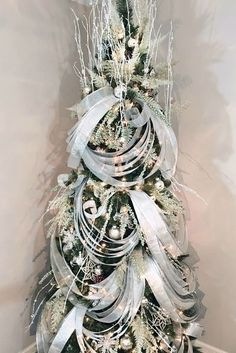 If you're looking to switch up your holiday decor, a great place to start is with your Christmas tree. Read on for statement-making decoration ideas. Peacock Christmas Tree, Rose Gold Christmas Decorations, Elegant Christmas Trees, Ribbon On Christmas Tree, Christmas Tree Themes, White Christmas, Christmas Mantles, Coastal Christmas, Magical Christmas