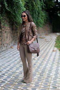 Lala Noleto - LOOK: Calça, camiseta e jaqueta: MODA PONTO NET; bolsa: LAX Store; sandália Luiza Barcelos; óculos Miu Miu; colar Lela Acessórios