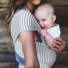 Love these stylish baby wraps. Keep baby close, keep your arms free and look good Little Babies, Little Ones, Cute Babies, Baby Kids, Foto Baby, Baby Wraps, Everything Baby, Mother And Child, Baby Sleep