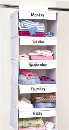 Ahorra tiempo en las mañanas pidiéndole a tu niño que escoja el domingo los atuendos de toda la semana .