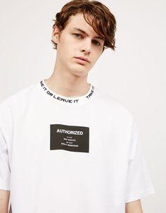 T-shirt texto frente e gola. Descubra esta e muitas outras roupas na Bershka com novos artigos cada semana