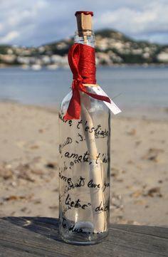 """Mensaje en botella especial Te quiero. ( La botella de nur ® ) Dile que la/le quieres en todos los idiomas. Botella decorada con las palabras """" TE QUIERO"""" en color rojo, en todos los idiomas decorando la botella por fuera. El pergamino es una hoja envejecida de manera artesanal donde podrás escribir tus pensamientos, felicitaciones, etc"""