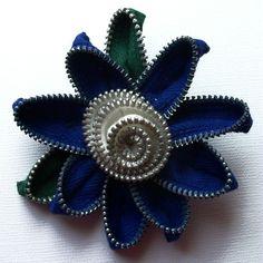 Spilla floreale blu Royal e bianco / cerniera Pin di ZipPinning 2789