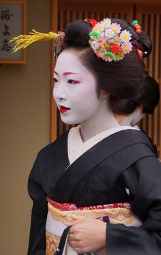 Maiko. Her name is Toshikana. 京都の花 宮川町 とし夏菜  #japan #kyoto #geisha #maiko