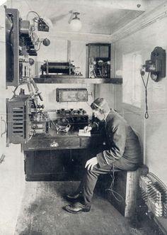 Het draadloze telegraafkantoor aan boord van de Titanic, met aan het toestel marconist Jack Phillips, die de heldendood stierf. 1912.