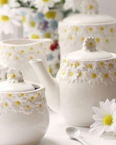 Tea time. Coleção Daisy Days da designer Gisela Graham  #tealovers #teaset #giselagrahamceramic