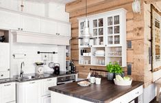 The Lovely Deco: mai 2016 Kitchen Backsplash, Kitchen Cabinets, Cosy Interior, Timber Wood, Plank Walls, Wooden House, Little Houses, Log Homes, Cottage Style