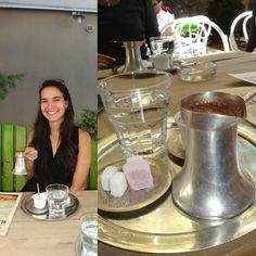 """Experimentando o café bósnio (#thefabulousproject com o tema #cafe). O interessante é que lá falaram que era """"café bosníaco"""". Ao pesquisar achei como café bósnio masss que na verdade é o café turco. Isso porque cada um dos outros países onde o café se prepara dessa forma atribui a si próprio esse método de preparação. Para prepará-lo você vai precisar de um cezve ou ibrik um recipiente de latão com um cabo dentro do qual é fervido o café. Ele não é coado e é preciso parar de tomar ao notar…"""