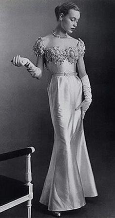 Jean Patou Evening Gown, photo by Philippe Pottier, 1951 Vintage Ball Gowns, Vintage Dresses, Vintage Outfits, Glamour Vintage, Vintage Vogue, Vintage Ysl, Beautiful Gowns, Beautiful Outfits, Evening Dress Patterns