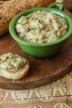 Patê de berinjela assada temperado com suco de limão, alho bem picado e folhas de coentro. Acompanhe com pão pita ou fatias de pão rústico tostado.