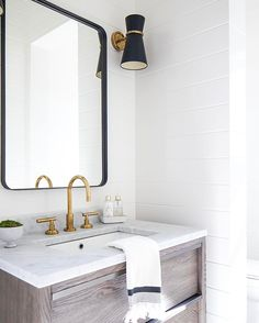 A little peek of #estilloproject powder bathroom! 🖤 Also this weeks favorites are up on beckiowens.com. 📷 @ryangarvin